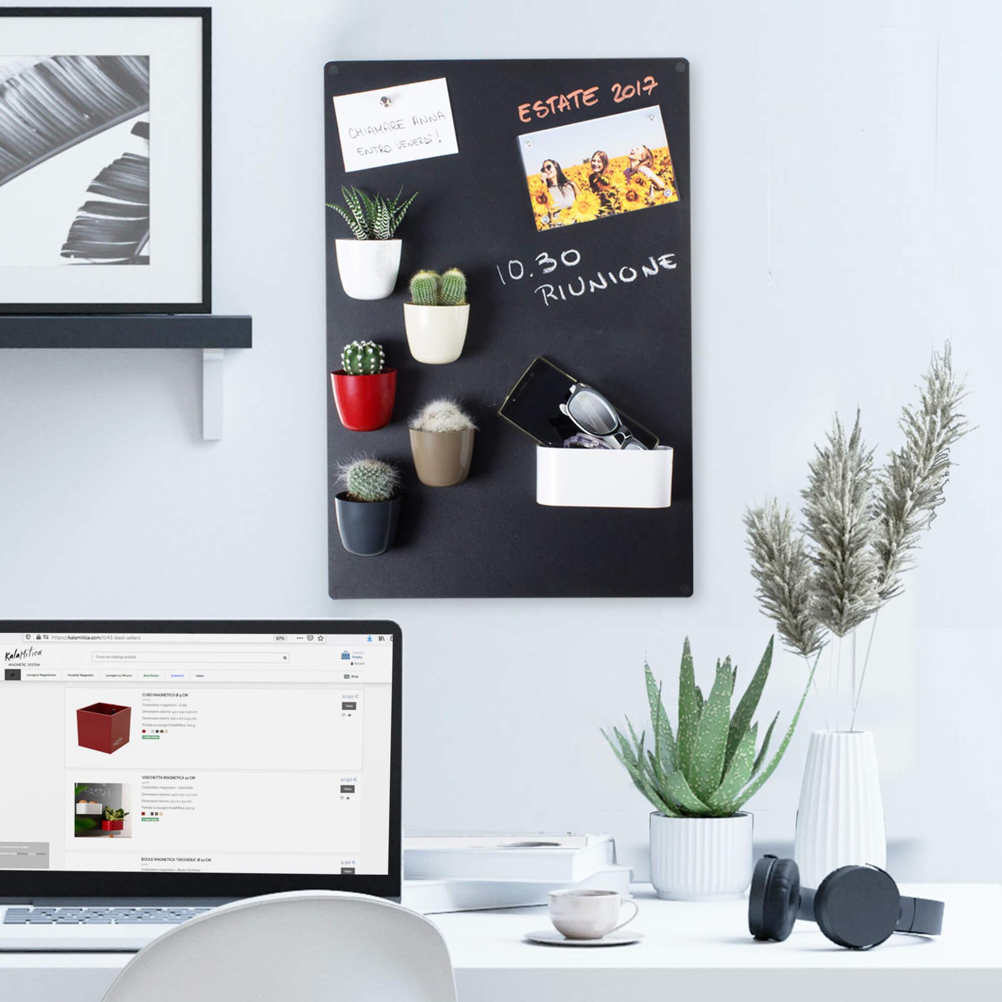 Lavagna magnetica KalaMitica, dimensioni 56x38 cm, colore antracite, con accessori magnetici e vasi con mini cactus, idea di arredo per scrivania e camera da letto
